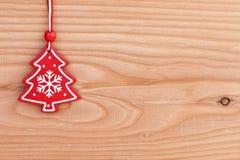 Décoration d'arbre de Noël au-dessus de fond en bois Photographie stock