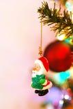Décoration d'arbre de Noël de Santa sur un branchement Images libres de droits
