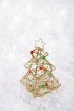 Décoration d'arbre de Noël de scintillement sur le fond blanc de neige Image stock