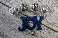 Décoration d'arbre de Noël sur le fond blanc avec quatre grandes cloches argentées Photo libre de droits