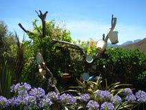 Décoration d'arbre parmi des fleurs Image stock