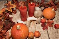 Décoration d'automne avec des feuilles, des potirons et des bougies Image stock