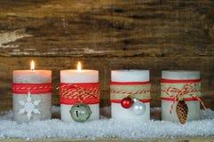 Décoration d'avènement avec des bougies de Noël Image stock