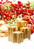 Décoration d'avènement avec quatre bougies et orname brûlants de Noël Photo stock