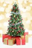 Décoration d'or de boules de neige de fond d'arbre de Noël Image stock