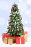 Décoration d'or de chute de neige de boules de neige de fond d'arbre de Noël Photos libres de droits