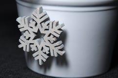 Décoration d'hiver de Noël du flocon de neige en bois blanc sur le pot Photo libre de droits