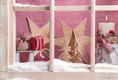 Décoration d'intérieur de Noël de filon-couche de fenêtre : cadeaux, neige, bougie et Photo stock