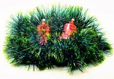 Décoration d'isolement de Noël d'image jouet rouge brillant sur un g vert Photo stock