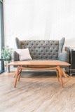 Décoration d'oreiller et de sofa dans l'intérieur de luxe de salon photographie stock libre de droits