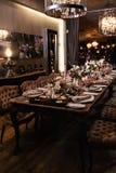 Décoration d'une table à une réception l'épousant ou à une fête d'anniversaire - belles couleurs foncées photos libres de droits