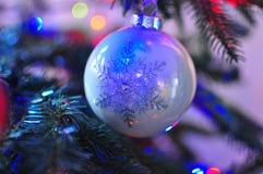 Décoration de babiole de flocon de neige de Swirly de Noël photographie stock libre de droits