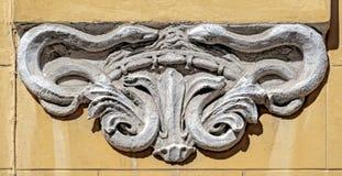 Décoration de bas-relief avec les configurations néoclassiques sur la façade des Bu photos libres de droits