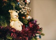 Décoration de bonhomme de neige sur l'arbre de Noël Photo libre de droits