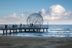 Décoration de boule de Noël sur Larnaca Pïer Chypre photos stock
