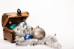 Décoration de boules de Noël de coffre au trésor de Noël Images stock