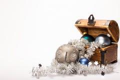 Décoration de boules de Noël de coffre au trésor de Noël Photo libre de droits