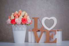 Décoration de bouquet de fruit avec amour en bois de lettres Photo libre de droits