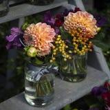 décoration de bouquet dinant le vase en verre à table de jacinthe Image libre de droits
