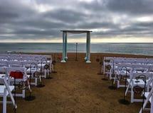 Décoration de cérémonie de mariage à l'arrangement de falaise de bord de la mer Image stock