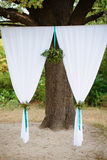 Décoration de cérémonie de mariage avec des fleurs Photographie stock libre de droits