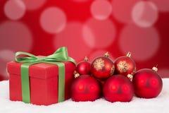 Décoration de cadeau de carte de Noël avec les boules rouges Photographie stock libre de droits