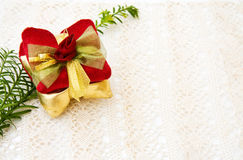 Décoration de cadeau de Noël sur le vieux lacet Photographie stock libre de droits