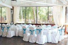 Décoration de chaise de mariage chaise blanche de couverture de décoration de partie de célébration de mariage avec le ruban bleu image stock