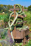 Décoration de chute : vieux chariot enlacé avec les sirops verts impairs Photographie stock