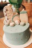 Décoration de couleur en pastel d'un premier gâteau d'anniversaire d'année sur la table en bois images stock