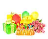 Décoration de fête d'anniversaire avec des fleurs de roses, gâteau, ballons, gi Photo stock
