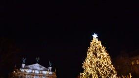 Décoration de fête pour des touristes près du mail Endroit de photo au milieu de Noël banque de vidéos