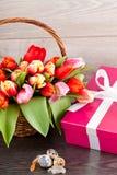 Décoration de fête rose de Pâques de tulipes actuelles et colorées Images libres de droits