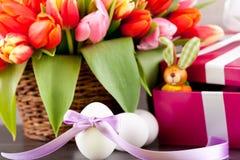 Décoration de fête rose de Pâques de tulipes actuelles et colorées photographie stock libre de droits