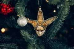 Décoration de fête sous forme de masque rusé, sur un fond d'arbre de Noël Photographie stock