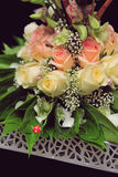 Décoration de fleur de mariage dans un regard en gros plan Photos stock