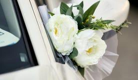 Décoration de fleur de mariage sur la voiture de mariage image libre de droits