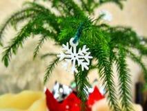 Décoration de flocon de neige de flocon de neige d'arbre de Noël décorant des bougies Image stock