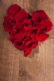 Décoration de forme de coeur des pétales de rose Images stock