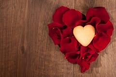 Décoration de forme de coeur des pétales de rose et de la maison Image stock