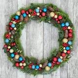 Décoration de guirlande de Noël avec les babioles et la verdure Photo libre de droits