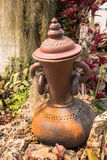 Décoration de jardin par le pot de poterie, broc de poterie Photographie stock