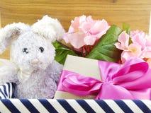 Décoration de jour d'easters de poupée et de boîte-cadeau de lapin Photographie stock libre de droits