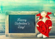 Décoration de jour de valentines Fille drôle avec le coeur et le blackbo rouges Images stock