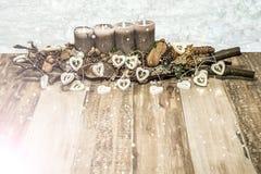 Décoration de Joyeux Noël brûlant la 4ème chute de neige d'avènement de bougie de neige de lampe grise de coeur Image stock