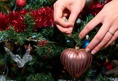 Décoration de l'arbre de Noël avec amour Photo stock