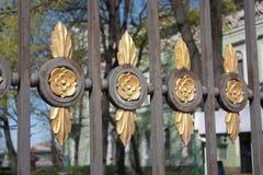 Décoration de la barrière sous forme de fleurs images libres de droits