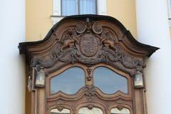 Décoration de la porte en bois du bâtiment de Pétersbourg photographie stock libre de droits