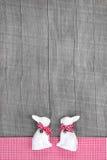 Décoration de lapins de Pâques dans l'intérieur sur un fond en bois dedans Photo libre de droits