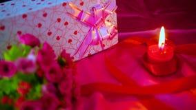 Décoration de longueur du bouquet de fleur, du cadeau et de la bougie rouge brûlant pour Valentine clips vidéos